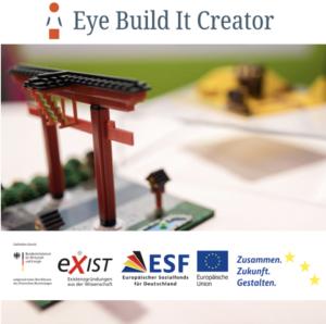 Im Hintergrund ist das ausgedruckte 3D Modell eines japanischen Gartentors zu sehen, darüber die Logos der Bundesförderung.