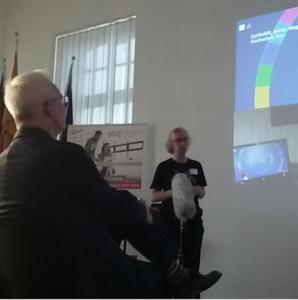 Prof. Dr. Linda Breitlauch hält einen Vortrag.
