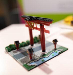 Ein ausgedrucktes 3D Modell. Es ist ein japanisches Gartentor.